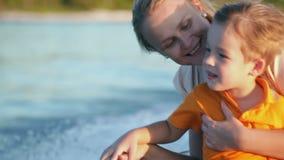 Mutter und Sohn, die Seereisen durch Boot genießen stock video footage