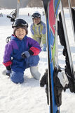 Mutter und Sohn, die in Ski Resort lächeln Lizenzfreie Stockfotos