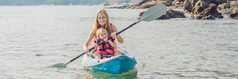 Mutter und Sohn, die in tropischem Ozean Kayak fahren FAHNE, langes Format stockbild