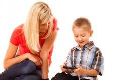 Mutter und Sohn, die Videospiel auf Smartphone spielen Lizenzfreies Stockfoto