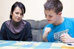 Mutter und Sohn, die Würfel spielen Stockbilder