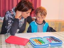 Mutter und Sohn, die zu Hause studieren Lizenzfreie Stockfotografie