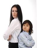 Mutter und Sohn, die zurück zu Rückseite stehen Lizenzfreie Stockfotos