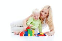 Mutter und Sohn, die zusammen Bausteine spielen Stockfoto