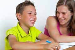 Mutter und Sohn, die zusammen Hausarbeitlektionen tun Stockbilder