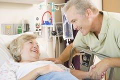 Mutter und Sohn, die zusammen im Krankenhaus lachen Lizenzfreie Stockbilder
