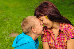 Mutter und Sohn draußen Lizenzfreie Stockfotos
