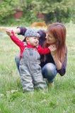 Mutter und Sohn draußen Stockbild