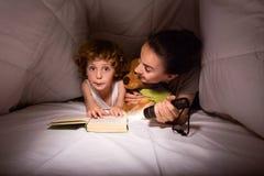 Mutter und Sohn in einer Hütte von Decken Lizenzfreies Stockfoto