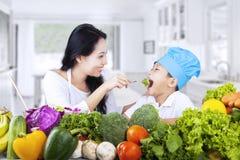 Gesundes Familienessen stockfoto
