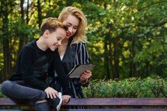 Mutter und Sohn Familien-Zeit lizenzfreie stockfotografie