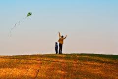 Mutter und Sohn fliegen einen Drachen Lizenzfreie Stockbilder