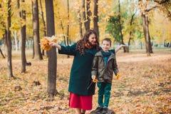Mutter und Sohn gehen in den Herbst Park Glückliche Familie Getrennt auf Weiß lizenzfreies stockbild