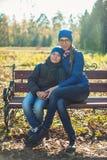 Mutter und Sohn am Herbstpark Stockfoto