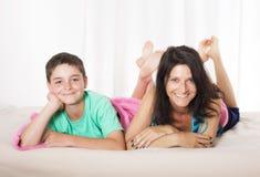 Mutter und Sohn im Bett Stockfotos