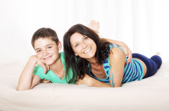 Mutter und Sohn im Bett Lizenzfreie Stockfotografie