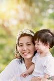 Mutter und Sohn im Garten Lizenzfreies Stockbild