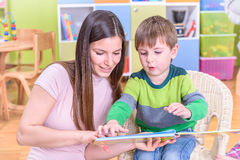 Mutter und Sohn im Kindergarten lizenzfreie stockfotos