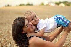 Mutter und Sohn im Korn Stockfotos