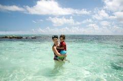 Mutter und Sohn im Ozean Lizenzfreie Stockfotografie