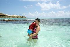 Mutter und Sohn im Ozean Lizenzfreies Stockfoto