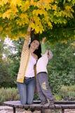 Mutter und Sohn im Park Lizenzfreies Stockfoto