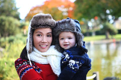 Mutter und Sohn im Park Stockfotografie