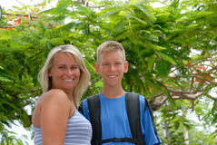 Mutter und Sohn im Park Lizenzfreie Stockfotos