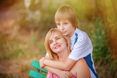 Mutter und Sohn im Park Stockfotos