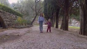 Mutter und Sohn im zufällige Kleidungs-Weg im Park stock video footage