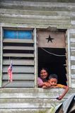 Mutter und Sohn lebten im Fuß des Kinabalus stockfotos