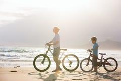 Mutter und Sohn mit Fahrrädern stockbild