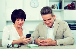 Mutter und Sohn mit Smartphones Stockfoto