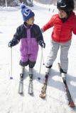 Mutter-und Sohn-Skifahren in Ski Resort Lizenzfreie Stockbilder