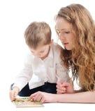 Mutter und Sohn spielen Puzzlespiel Lizenzfreie Stockfotos