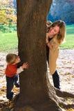 Mutter und Sohn spielen Verstecken Stockfotografie