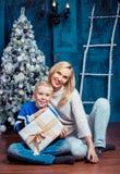 Mutter und Sohn am Weihnachten lizenzfreie stockbilder