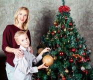 Mutter und Sohn am Weihnachten stockbild