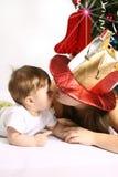 Mutter und Sohn am Weihnachten Stockfotografie
