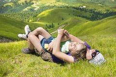 Mutter und Sohn, welche die Berge genießen Stockbild
