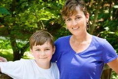 Mutter und Sohn zusammen draußen auf Sunny Day lizenzfreies stockfoto