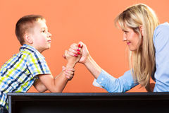 Mutter- und Sohnarmdrücken stockbild