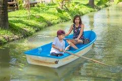 Mutter- und Sohnbootfahrt auf dem Park lizenzfreies stockbild
