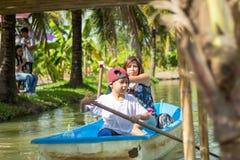 Mutter- und Sohnbootfahrt auf dem Park lizenzfreie stockbilder
