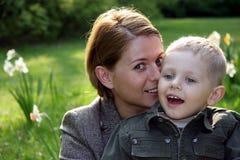 Mutter- und Sohnflüstern Stockbild