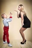 Mutter- und Sohnfotoaufnahme Sohn-junger Fotograf Stilvoll, modisch, modern lizenzfreie stockfotos