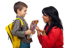 Mutter- und Sohngespräch am ersten Tag der Schule Lizenzfreie Stockfotos