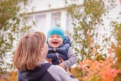 Mutter- und Sohnlächeln Stockfotos