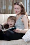 Mutter- und Sohnlesebuch Lizenzfreie Stockbilder