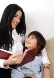 Mutter- und Sohnlesebuch Stockfotos